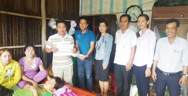 PV Dân trí trao tiền bạn đọc đến gia đình trước sự chứng kiến của đại diện lãnh đạo Ban, ngành địa phương.