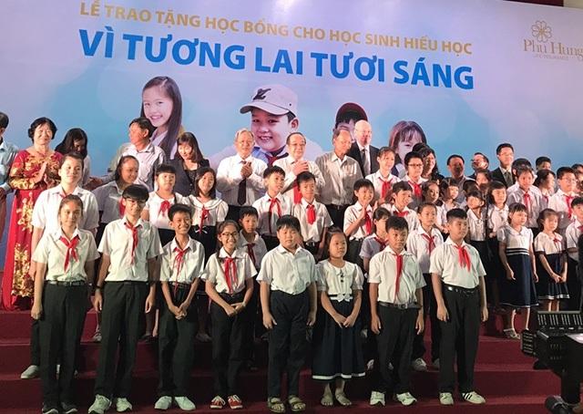 Các em học sinh vượt khó học giỏi được nhận học bổng