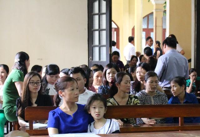 Mẹ con cháu Phương Anh tại phiên tòa sơ thẩm.