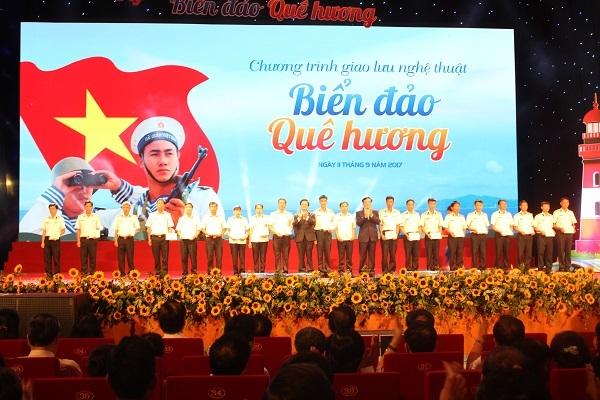 Chánh án TAND Tối cao Nguyễn Hòa Bình và Phó Chánh án TAND Tối cao Lê Hồng Quang trao sổ tiết kiệm cho các gia đình cán bộ, chiến sĩ Hải quân có hoàn cảnh khó khăn.