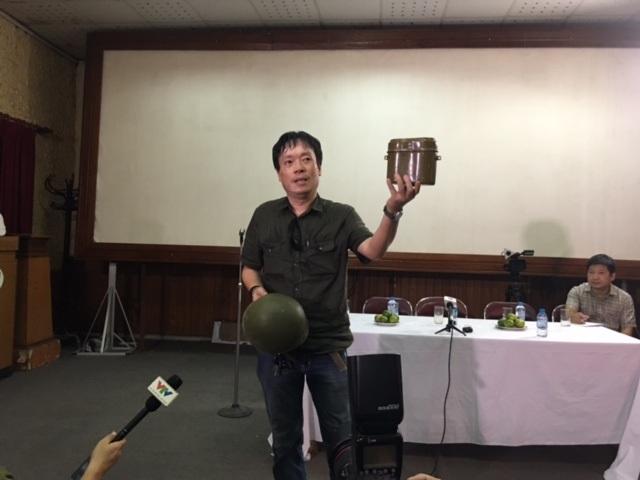 Đạo diễn Nguyễn Đức Việt trưng hai đạo cụ ông nhặt lại từ đám đồng nát bị vứt đi, lau sạch và giữ lại cho Hãng phim. Ảnh: Tùng Long.