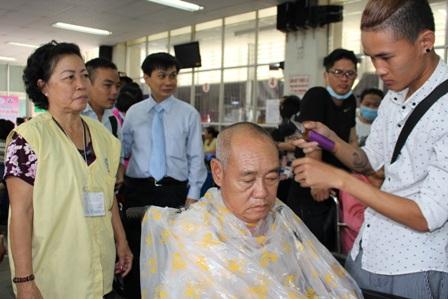 Hàng trăm người bệnh được cắt tóc, gội đầu miễn phí - 2