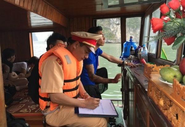 Tổ công tác đang lập biên bản xử phạt vi phạm ATGT đường thủy (ảnh CTV)