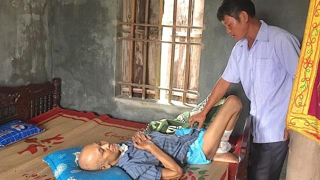 Ông Trần Văn Khanh mù hai mắt, nằm một chỗ, giờ bệnh tật nhưng một thời gian dài ông chưa nhận được chế độ người cao tuổi khuyết tật đặc biệt. Tuy nhiên, sau khi Báo điện tử Dân trí phản ánh, ông đã được làm lại chế độ.