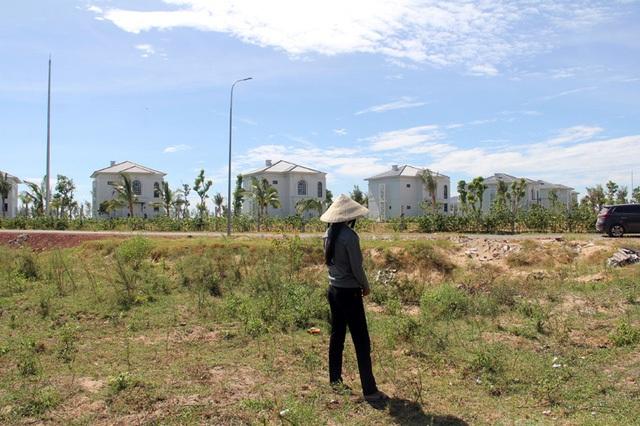 Mảnh đất của hộ anh Trần Xuân Thành nằm đối diện với khu nghỉ dưỡng, có thể coi là có vị trí đắc địa, được cán bộ huyện dở chiêu mua rẻ với giá 200 triệu đồng.