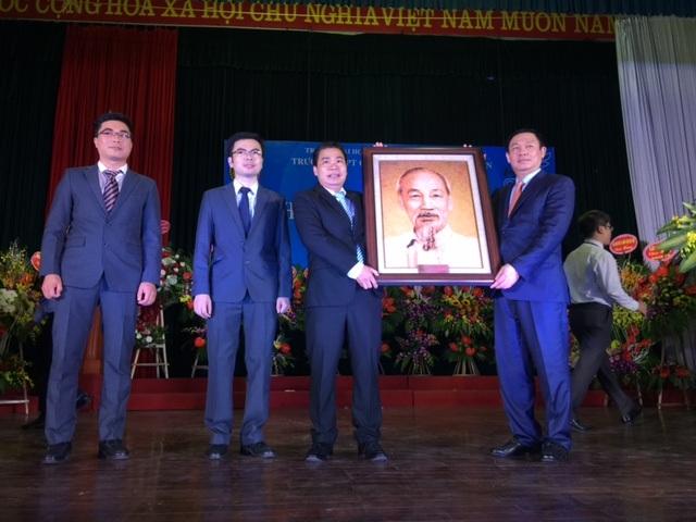 Bức tranh Chủ tịch Hồ Chí Minh bằng gạo, được Phó Thủ tướng gửi tặng nhà trường