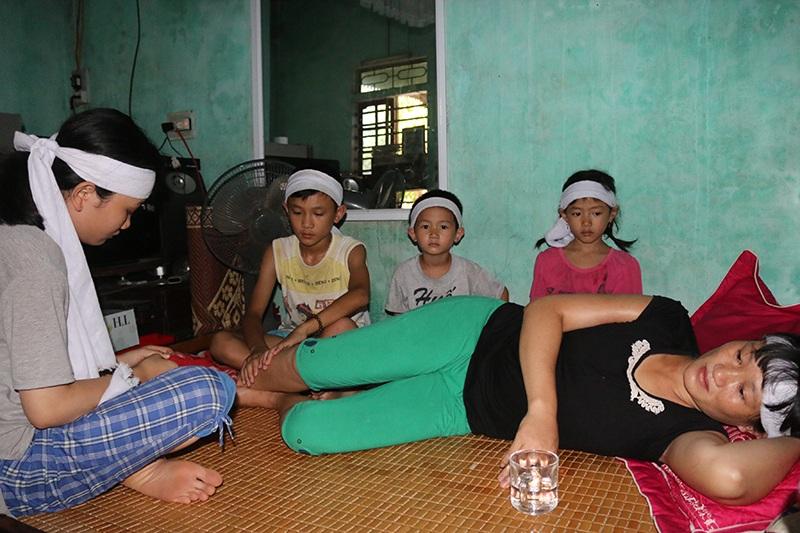 Cha mất vì ung thư, mẹ bệnh liệt giường, 4 chị em sống trong đói khát - 1