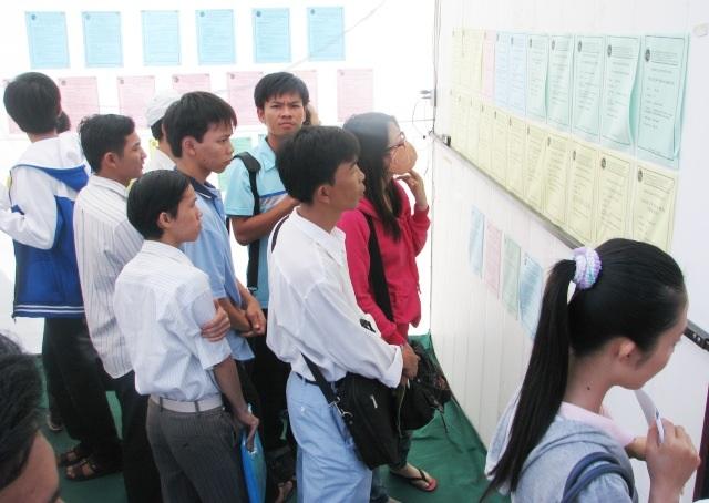 Nhiều người phải tìm đến các Trung tâm dịch vụ việc làm để kiếm việc. (Ảnh minh họa)