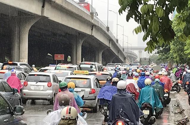 Đường phố Hà Nội ùn tắc nghiêm trọng sau trận mưa lớn kéo dài - 7