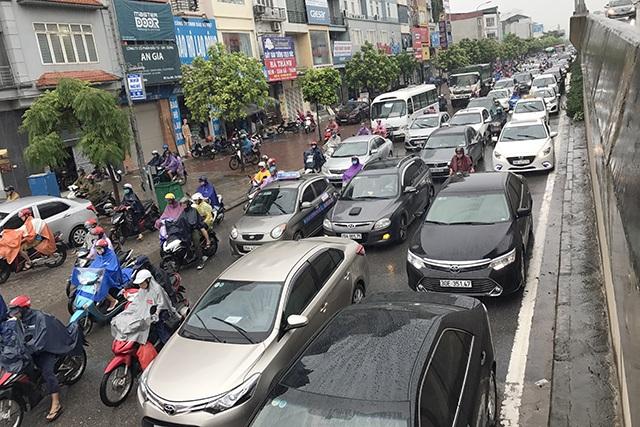 Ô tô xếp hàng ba, hàng bốn kéo dài trên đường Nguyễn Xiển
