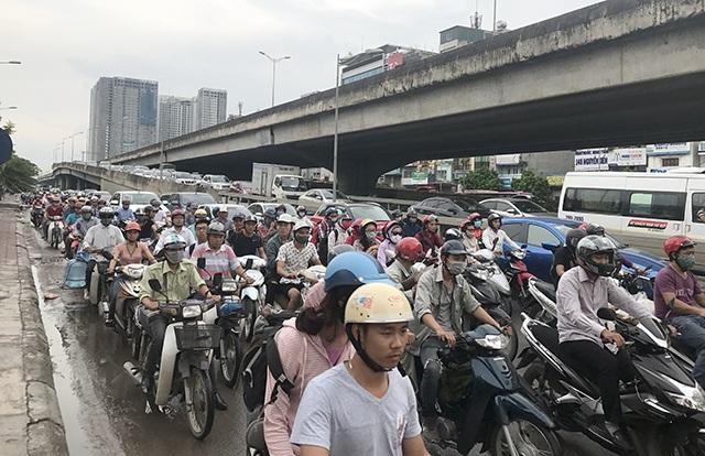 Sau kỳ nghỉ lễ 2/9, cuối giờ chiều nay, hàng vạn người từ các tỉnh thành đổ về Thủ đô để trở lại làm việc khiến nhiều tuyến đường ở cửa ngõ bị ùn ứ cục bộ