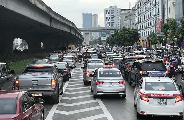 Nút giao Nguyễn Xiển - Nguyễn Trãi bị ùn tắc kéo dài
