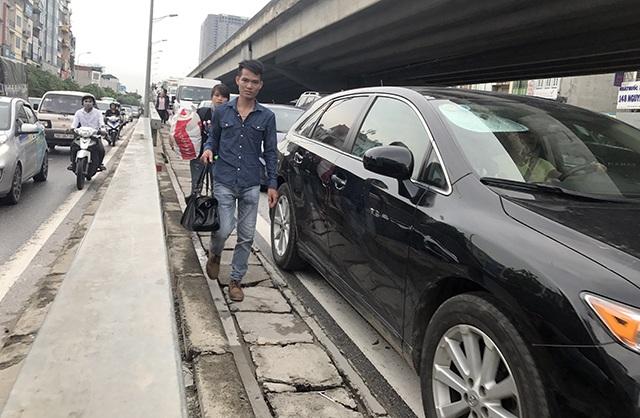 Nhiều người xuống xe giữa chừng, đi bộ từ đường trên cao xuống đường Nguyễn Xiển