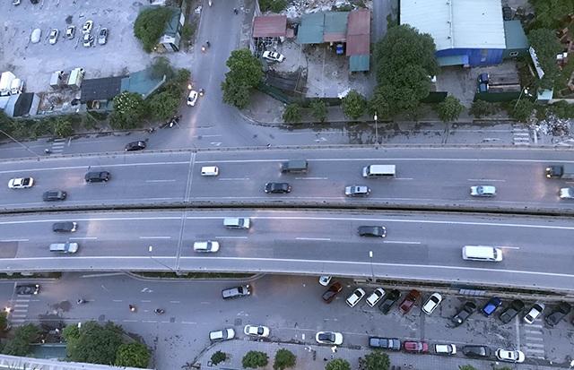 Ô tô lưu thông bon bon trên cả hai hướng ở đường trên cao