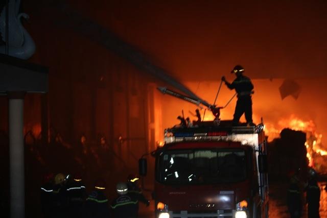 Đám cháy lớn, phức tạp nên lực lượng gặp nhiều khó khăn trong việc chữa cháy