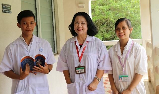 Cô Thủy cùng các sinh viên mà cô đang hướng các đề tài nghiên cứu khoa học