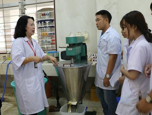 Cô Thủy hướng dẫn sinh viên ở xưởng sản xuất