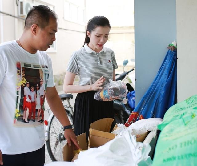Hoa khôi Huỳnh Thúy Vi và người thầy của mình cùng chuẩn bị quà để tặng người nghèo vào Rằm tháng Bảy.
