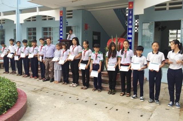 Ông Dương Văn Huy- Trưởng đại diện Công ty Grobest Việt Nam tại Bạc Liêu 1 trao học bổng tại Trường THCS Trần Văn Ơn (phường 8, TP Bạc Liêu)