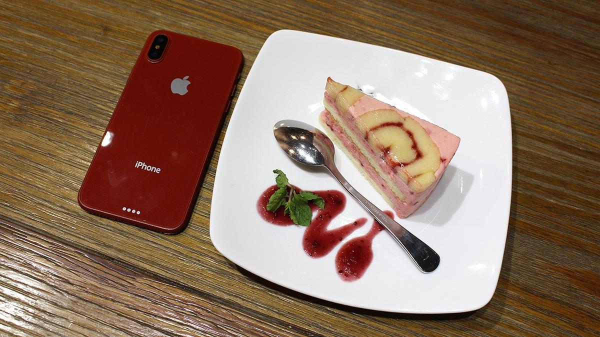 Cận cảnh mô hình iPhone 8 màu đỏ tại Việt Nam - 1