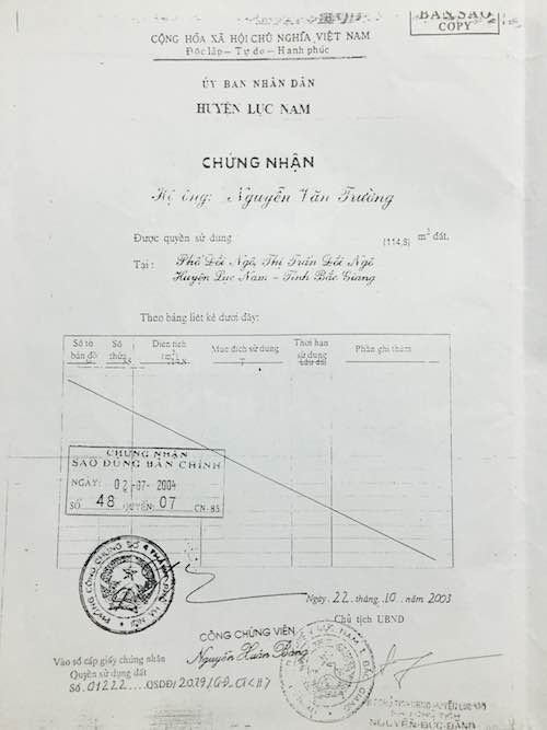 Ông Nguyễn Đức Đăng cũng chính là người ký quyết định cấp cuốn sổ đỏ cho em trai quan xã trên phần đất thu hồi của người thương binh nặng khiến gia đình thương binh Lê Văn Dinh khốn đốn, hơn 20 năm đi khiếu kiện.