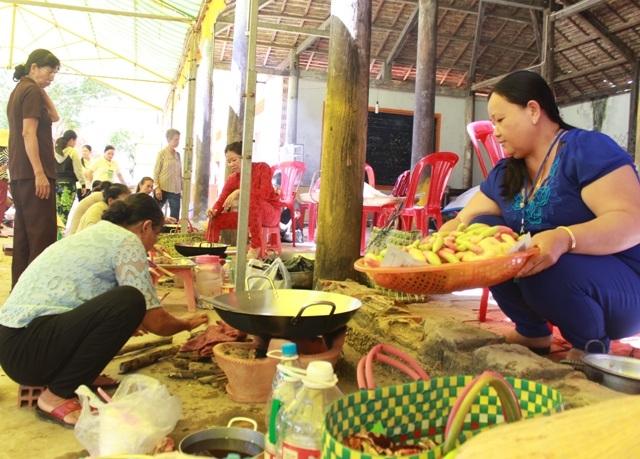 Làm bánh gừng, một loại bánh đặc trưng trong ngày Tết của người dân Khmer.