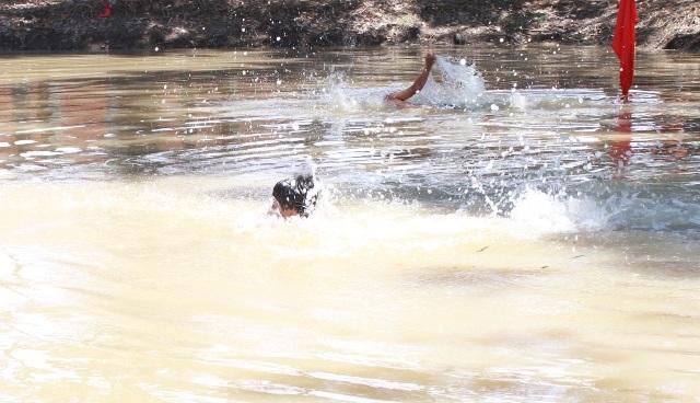 Tại tỉnh Bạc Liêu nói riêng và khu vực ĐBSCL nói chung, thời gian qua vẫn còn xảy ra tình trạng đuối nước ở trẻ em, trong đó có học sinh. Chính vì thế, việc dạy bơi an toàn và đẩy mạnh công tác phòng, chống đuối nước cho trẻ em là rất cần thiết. (Ảnh minh họa)