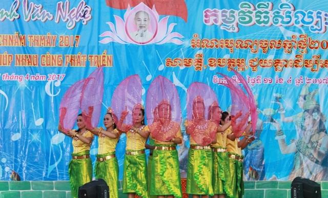 Chương trình văn nghệ với những điệu múa đặc sắc của dân tộc Khmer.