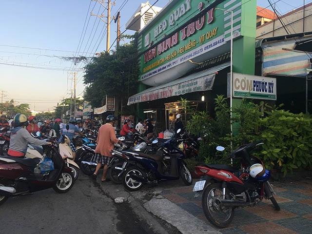 Mới 6h sáng một bán heo quay ở quận Bình Thuỷ - TP Cần Thơ đông nghẹt khách, xe đậu lấn cả lòng đường