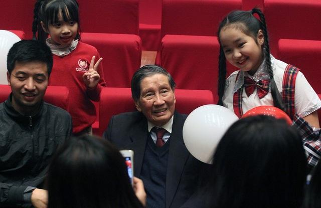 Nhạc sĩ Phạm Tuyên rất được các cháu thiếu nhi yêu kính. (Ảnh: Xuân Ngọc).
