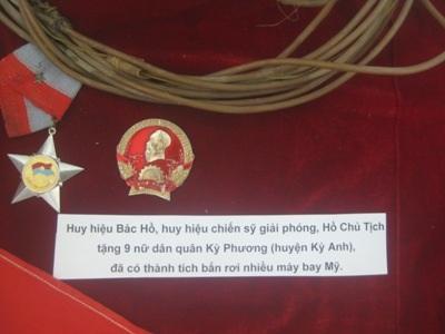Huy hiệu đích thân Bác Hồ trao tặng đội nữ dân quân Kỳ Phương