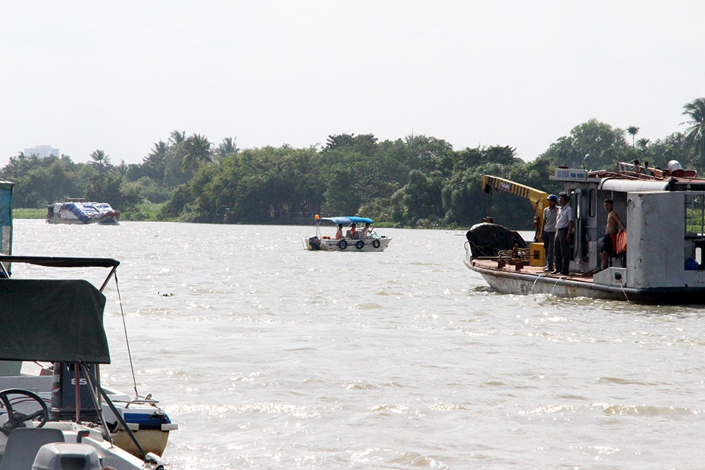 Nỗ lực tìm kiếm 2 mẹ con mất tích trên sông Sài Gòn - 1