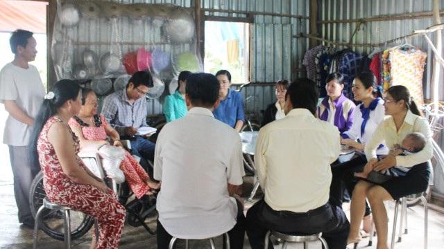 Đại diện nhiều cơ quan, đơn vị địa phương cùng PV Dân trí đến thăm gia đình chị Lê Thị Ngọc Hưởng.