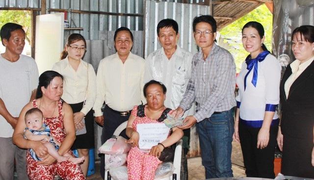 PV Dân trí cùng chính quyền địa phương trao tiền bạn đọc đến gia đình chị Ngọc Hưởng.