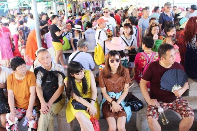 Du khách tại bến tàu du lịch Cầu Đá (TP Nha Trang - Khánh Hòa)