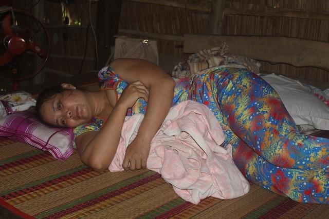Chị Nhung, mẹ của bé Nguyên gần như kệt sức sau cái chết oan uổng của con gái