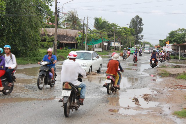Đã 7 năm qua, tuyến đường Cao Văn Lầu vẫn là con đường đau khổ mà người dân ví von khi mỗi lần liều mình đi lại.