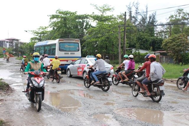 Việc đi lại của người dân gặp rất nhiều khó khăn trên tuyến đường Cao Văn Lầu.