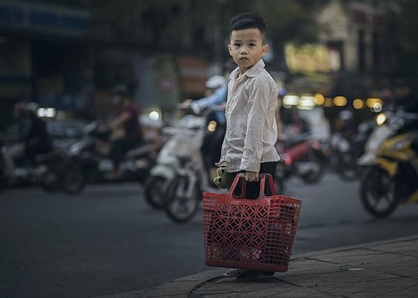 Bộ ảnh Em bé đánh giày với ý tưởng nhân văn nói về số phận của những em bé sống nơi đường phố được cộng đồng mạng quan tâm.
