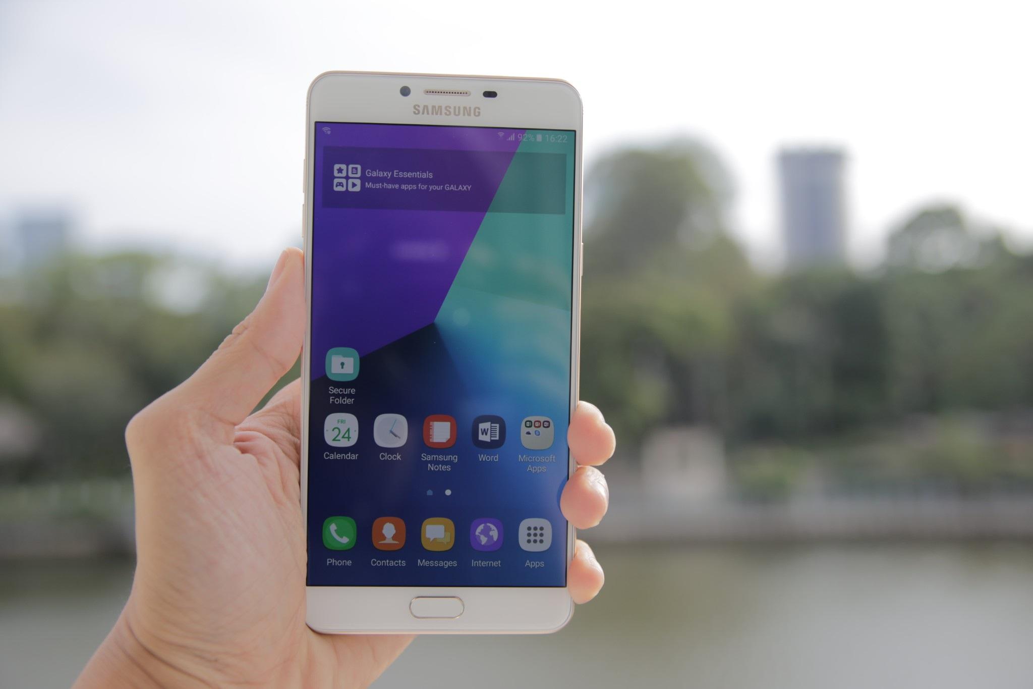 Điểm nhấn của Galaxy C9 Pro đó là cấu hình khủng cùng màn hình lớn. Trong đó, máy sở hữu RAM lên đến 6 GB, đây là dòng sản phẩm chính hãng đầu tiên của Samsung được trang bị dung lượng RAM lớn nhất thị trường hiện nay.