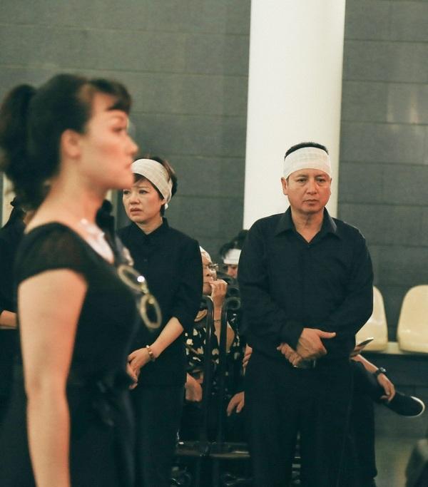 NSƯT Chí Trung đứng lặng lẽ trong đám tang đám tang của mẹ.