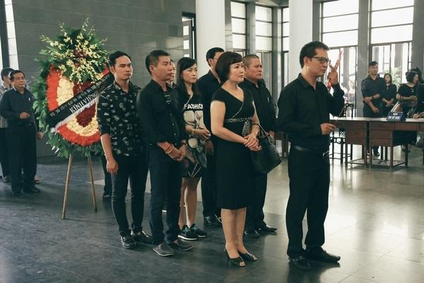 NSND Trung Hiếu, NSND Minh Hoà cùng các nghệ sỹ lặng lẽ thắp hương tiễn biệt người quá cố.