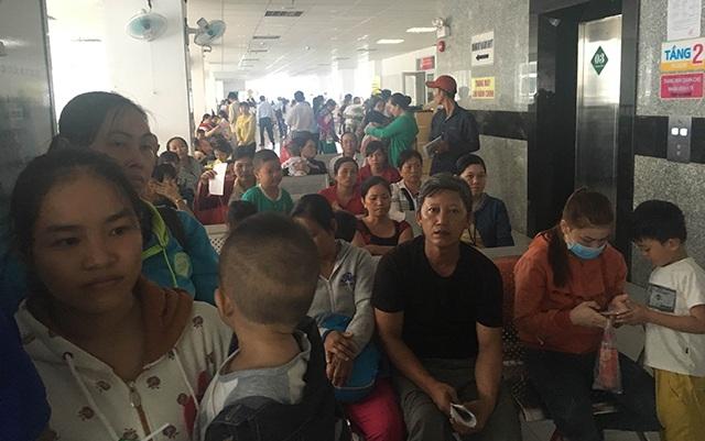 Ngày đầu tuần, bệnh viện Nhi đồng Cần Thơ tiếp nhận, điều trị cho hàng ngàn bệnh nhi, trong đó có hàng trăm ca bị tay chân miệng