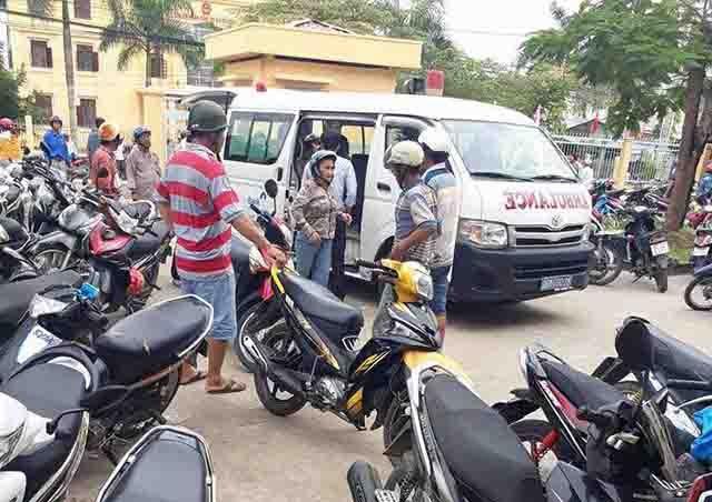 Xe cấp cứu được đưa đến trường học để chở các em đến bệnh viện