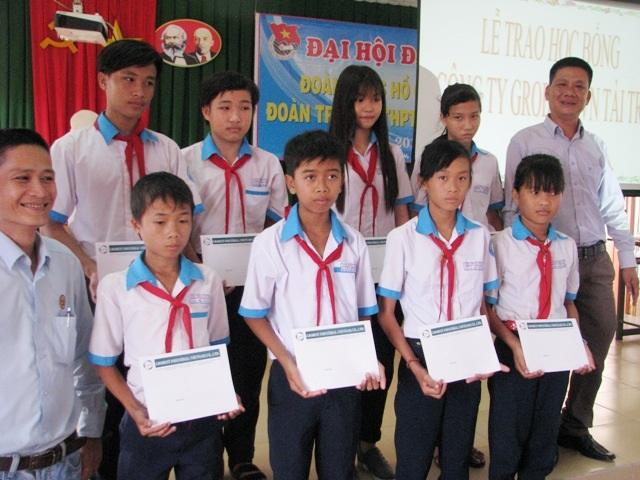 Ông Dương Văn Huy- Trưởng đại diện Công ty Grobest Việt Nam tại Bạc Liêu 1 trao học bổng tại Trường THPT Hiệp Thành (phường Nhà Mát, TP Bạc Liêu).