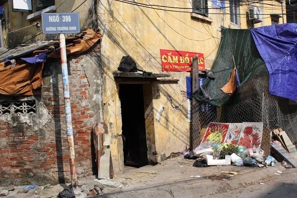 Ngôi nhà anh Lên từ nhiều năm nay trở thành nơi đổ rác của nhiều người thiếu ý thức.