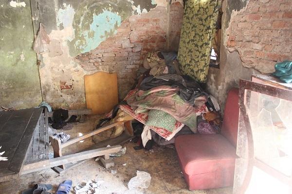 Người đàn ông tâm thần ở Hà Nội nhiều năm bị đổ rác trước nhà - 4