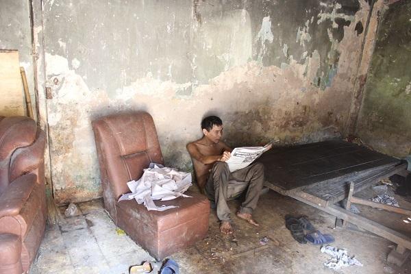 Anh Lên rất thích đọc báo, dù bị bệnh song anh sống hiền lành và không phá phách ai bao giờ.