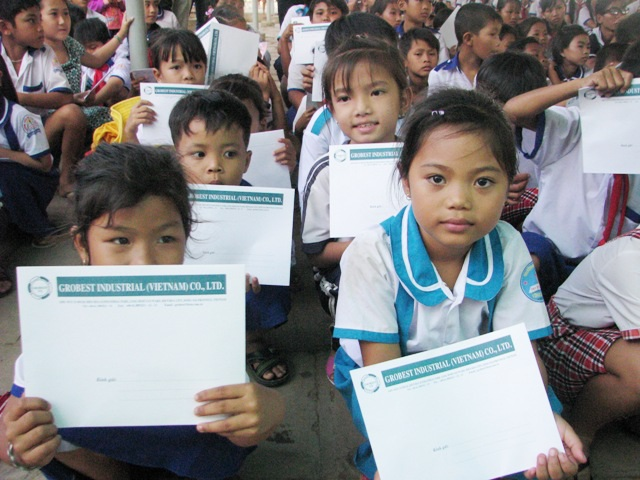 Các em học sinh vùng ven biển huyện Hòa Bình vui mừng nhận được những suất học bổng nhiều ý nghĩa của Công ty Grobest Việt Nam phối hợp với Quỹ Khuyến học Việt Nam và báo Dân trí hỗ trợ.