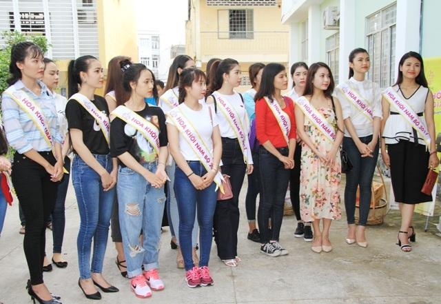 Nhiều thí sinh tham gia cuộc thi Hoa khôi Nam Bộ 2017 đã tham gia chuyến thiện nguyện ý nghĩa tại TP Cần Thơ.